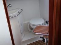 Krzesełko obrotowe w kabinie wc